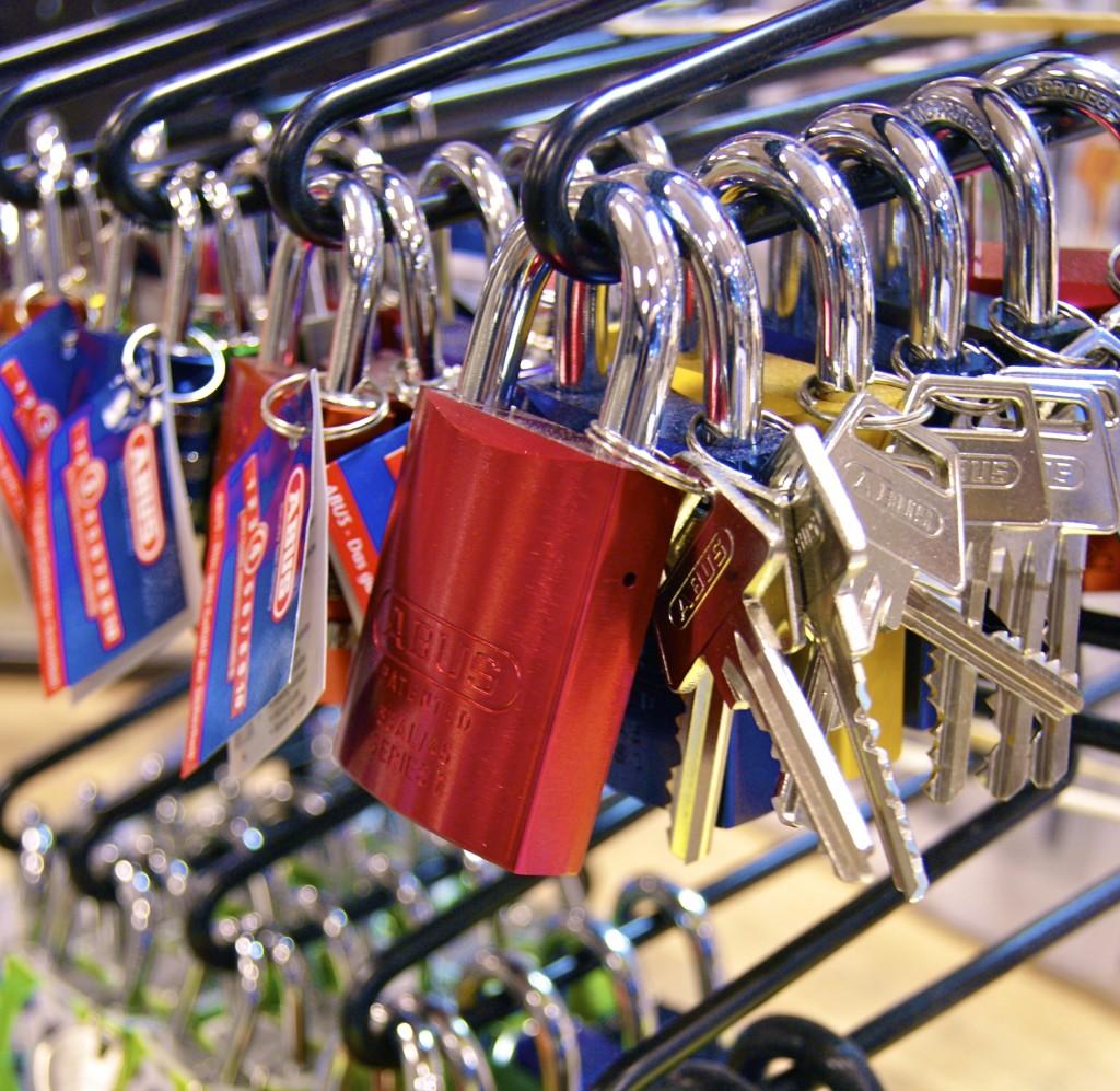 Vi har nøgler og hængelåse i alle mulige flotte farver.